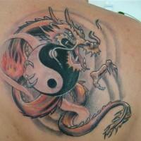Tatuaggio sulla spalla il dragone colorato in stile Yin-Yang