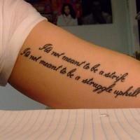 Tatuaje en el brazo, inscripción larga preciosa, tinta negra