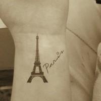 Tatuaje en la muñeca, torre eiffel pequeño con inscipción París