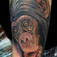 Arm Farbtattoo mit aufgeregtem Schimpanse