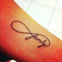 simbolo infinito con scritto family tatuaggio su braccio