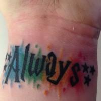 Tatuaje en la muñeca, palabra siempre, letra negra con manchas de varios colores