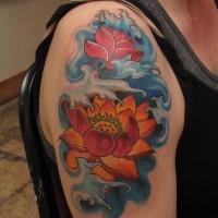 fantastico fiore arancione giapponese in onda blu tatuaggio su spalla