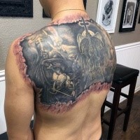 Fantastici sotto pelle come la parte posteriore del tatuaggio di angelo e demoni combattono