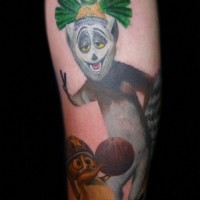 Oberarm Tattoo mit süßem Lemur King Julien aus