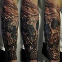 Grande tatuagem de caveira no antebraço