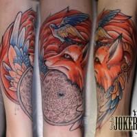 Tatuaje en el antebrazo, zorro hermoso con pájaro y mandala