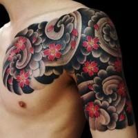 grandi fiori giapponesi in nuvoli neri tatuaggio su spalla e petto