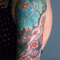 grande fiori  giapponesi in onde nere tatuaggio su braccio