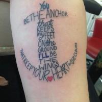 grande ancora di lettere tatuaggio su braccio