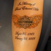 Großartiges Tattoo von orangem Wappen mit Flügeln  und Aufschrift am Unterarm