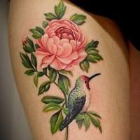 grande fiore pallido rosa con uccello tatuaggio su coscia
