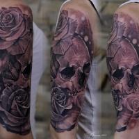 Gran tatuaje de calavera y rosas en el hombro
