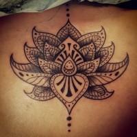 grande fiore loto tribale tatuaggio su schiena
