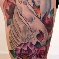Tatuaje en el muslo,  cisne blanco grácil entre rosas