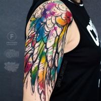 Gran ala en el tatuaje del hombro