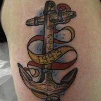 grande ancoraggio di legno con nastro a lettere tatuaggio coscia