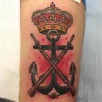 ancora di ferro duro con corona e armi su sfondo sanguinato tatuaggio su braccio