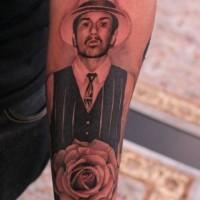 impressionante classico americano ritratto di uomo con rosa tatuaggio