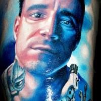 Eindrucksvolles kombiniertes farbiges Mannporträt Tattoo
