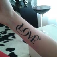 bei grande lettere scritto amore tatuaggio su braccio