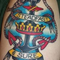 interessante colorato ancora  vecchia scuola con corona e nastri firmati tatuaggio sulla spalla