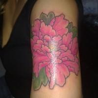 interessante fiore giapponese fucsia tatuaggio su braccio