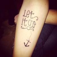 Tatuaje en el antebrazo, inscripción y ancla preciosa