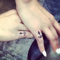 piccolo nera ancora tatuaggio su piccolo dito