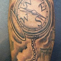 piccola ancora incatenata con enorme bussola vecchia scuola tatuaggio per uomo su braccio