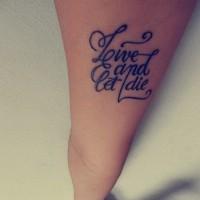 citazione vivi e lascia morire tatuaggio su braccio