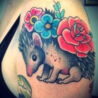 Schulter Farbtattoo von Igel mit Blumen