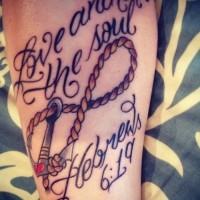 bel femminile ancora cordata infinito con scrittura tatuaggio su braccio