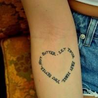 bella scrittura a forma di cuore citazione tatuaggio per ragazze su braccio