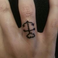 particolare piccola ancora con cuore in cima tatuaggio su dito anuale
