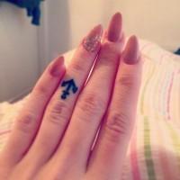 carina piccola nera ancora tatuaggio su dito anuale
