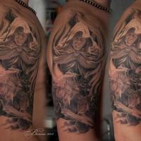 Mann in Kapuze mit zwei Wölfe Tattoo auf der Schulter