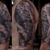 Mann mit Skateboard-Tattoo auf der Schulter