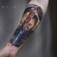 Mann mit Schwert Tattoo am Unterarm