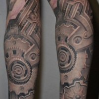 Mechanisches Tattoo am Arm