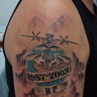 Style commémoratif militaire coloré tatouage du bras supérieur du grand avion avec lettrage