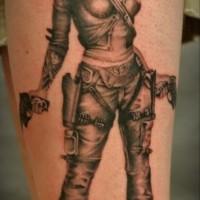 Tatuaje en la pierna, chica guerrera con armas