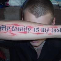 citazione mia famiglia mio castello  con sfondo rosso tatuaggio su braccio