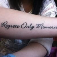 Tatuaje en el antebrazo, frase filosófica preciosa