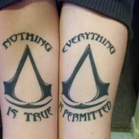 Tatuaje en los antebrazos, signos iguales y escritos