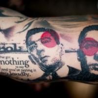 Alt suchen Trash Polka-Stil Arm Tattoo von Mann Porträt mit Schriftzug