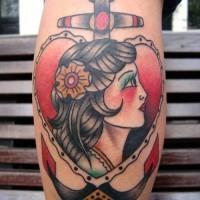 vecchia scuola ancora con con ragazza in cuore tatuaggio su gamba