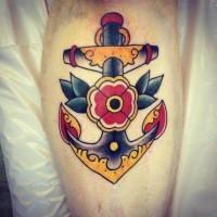 vecchia scuola ancora con fiore quadrifoglio tatuaggio su gamba