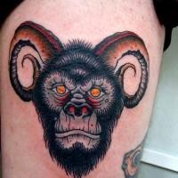 vecchia scuola inchiostro colorato gorilla diavolo cornuto tatuaggio su coschia