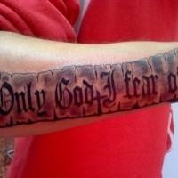 Tatuaje en el antebrazo, cita en el pergamino negro blanco